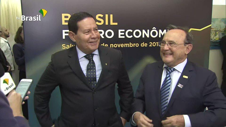 Ao final da minha palestra na FECOMÉRCIO-BA, concedi entrevista respondendo perguntas sobre como o governo pode contribuir para o desenvolvimento da indústria e comércio e qual é o papel desses setores no desenvolvimento brasileiro.