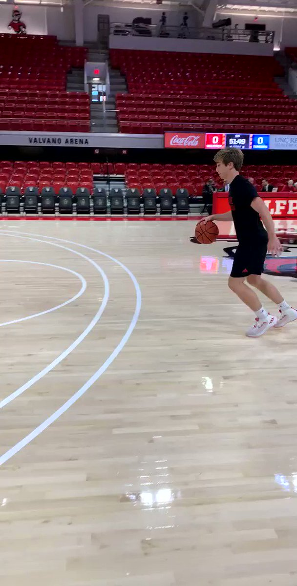Consider this our first submission for this season's manager dunk contest 😤 Bryce Davis off the feed from @calebkleven ! #PregameBounce @ManagerGames_ @JayBilas