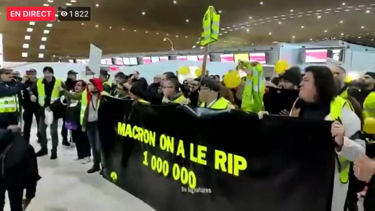 Opération occupation d'#ADP pour un #ReferendumADP suite au millions de signatures atteintes‼️ #OnLacheRien‼️  #Macron l'a dit à la sortie du #GrandDébat, déclenchement du #RIP dès le #Million‼️  #GiletsJaunes #Acte57 #Retraites #GreveGenerale #Greve17Decembre  👉 🎥 @vecu_le 🎥