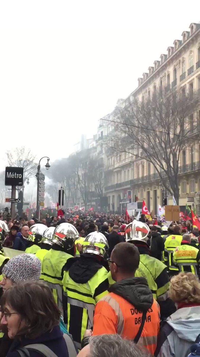Impressionnant ! 😮 Des dizaines de milliers de personnes sont présentes à #Marseille et nos précieux #pompiers sont bien là !  #17decembre2019 #greve17decembre #grevegenerale #GiletsJaunes #greve #retraites #marseille #reformedesretraites #Macron