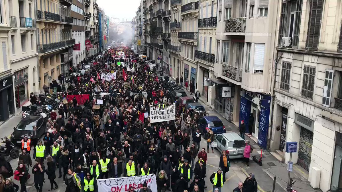 The procession in #Marseille #greve17decembre #France #Giletsjaunes #Macron #grevedu17decembre