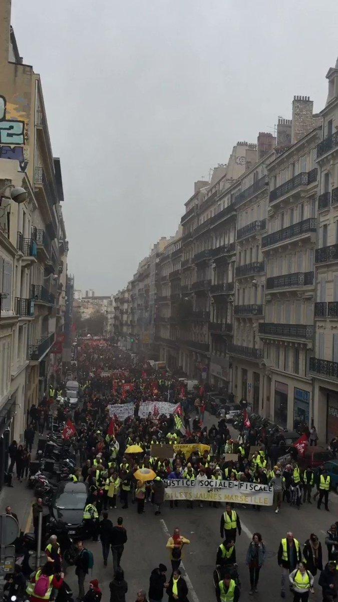 Très impressionnant rassemblement à #Marseille pour ce #17décembre2019. Décidément, #Macron sait fédérer et unifier notre peuple qu'il a tant cherché à diviser... #grève17décembre #GiletsJaunes #retraites #réformedesretraites