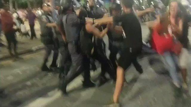 Truculência da PM contra manifestantes que protestam contra o aumento da passagem em São Paulo vídeo via @pontejornalismo
