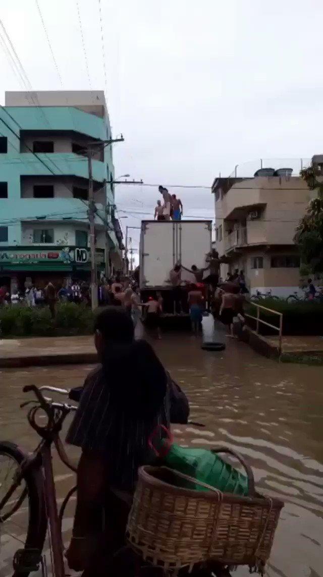 e o brasileiro transforma enchente em beach park