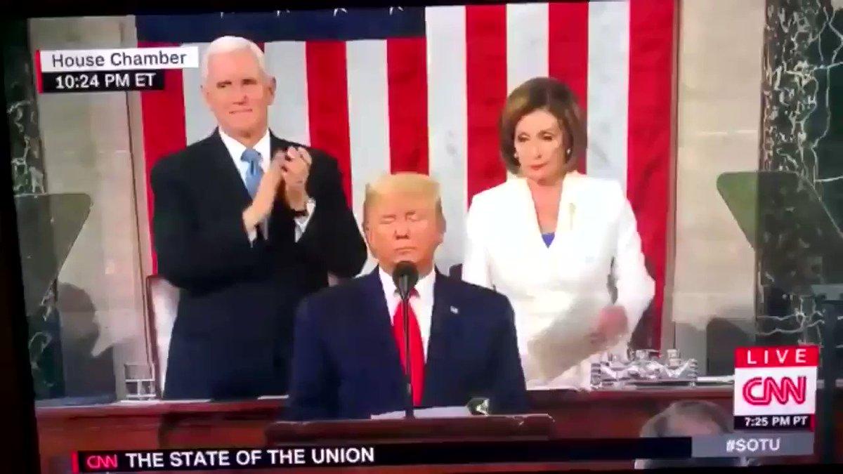 N.Pelosi, líder democrata e presidente da Câmara, rasga o discurso de Trump e mostra o atual desespero que o partido se encontra. Sem classe, sem bons candidatos e sem apelo, hoje o partido de JFK sofre nas mãos de radicais e é o maior cabo eleitoral de Trump para sua reeleição.