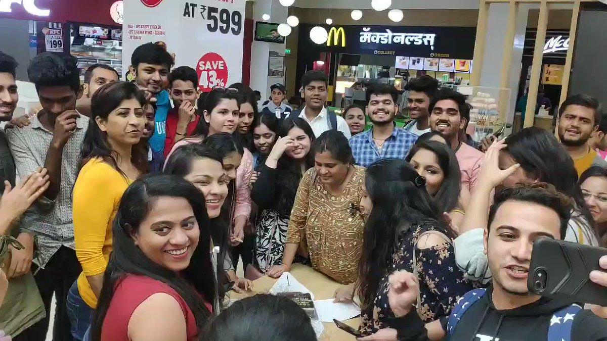 #SidHearts #OberoiMall #SidharthKaAsliFans @sidharth_shukla aur @TheRashamiDesai ke fans ne saath me milkar cut kiya rashami Desai ka birthday cake  @iamkamyapunjabi @RealVinduSingh @imanveergurjar