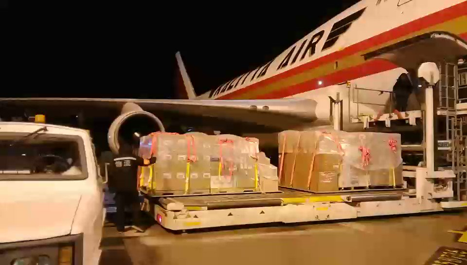😱OMG....the Trump Administration not only downplayed the seriousness of the #CoronavirusPandemic (despite warnings since January), they gave #China *nearly 18 tons* of key medical supplies—including VENTILATORS.  @SecPompeo POSTED VIDEO.🤬  h/t @File411