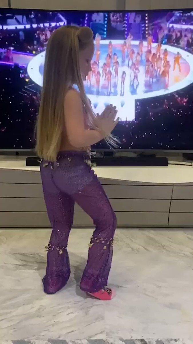 Altea Rakitic, una niña andaluza croata, bailando Champeta! So cute! #champetachallenge 😘 @ivanrakitic https://t.co/faqTXY7ZuN
