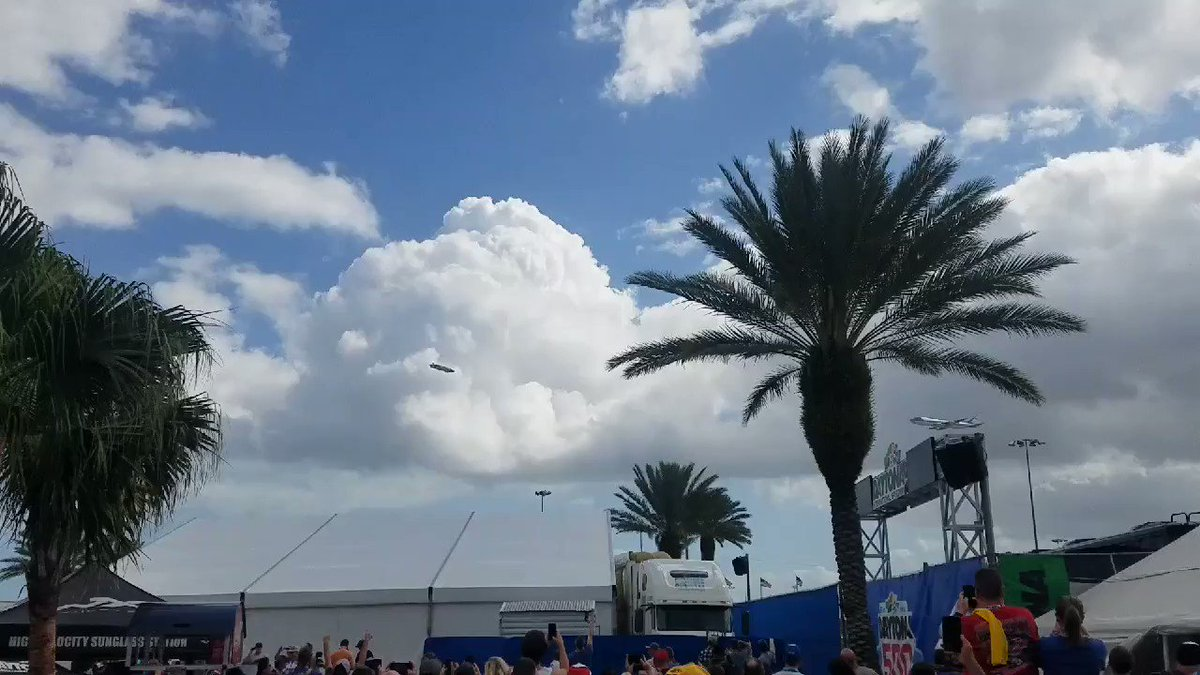 """The crowd at #DAYTONA500 breaks out into chants of """"USA, USA"""" as Air Force One flys over. 🇺🇸🇺🇸🇺🇸"""