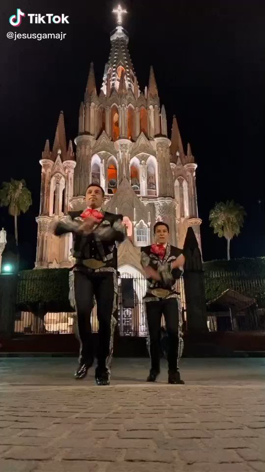 Mariachis bailando Champeta! Y yo que pensaba que lo había visto todo! Mariachis dancing Champeta! And I thought that I had seen it all! #champetachallenge https://t.co/D7VJvnlghz