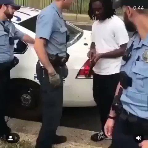 E o negro que tinha o porte de arma licenciado, os policiais tiveram que engolir seco 🤣