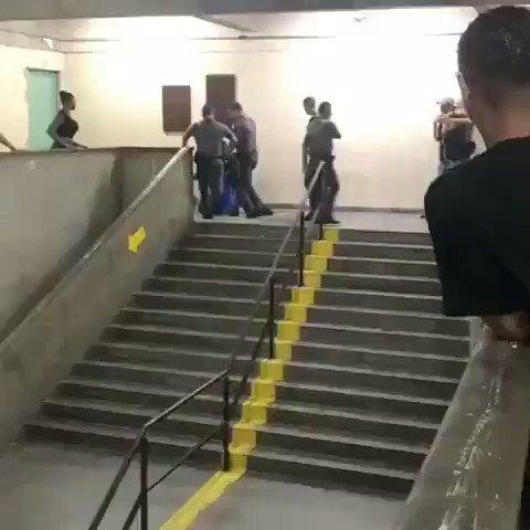 O que @GuilhermeBoulos e @ManuelaDavila não te contaram sobre o vídeo: O aluno foi expulso por falta, se recusou a sair da sala, enfrentou professores e a diretora, resistiu a prisão, foi protegido por colegas que foram pra cima dos policiais.  Não eram alunos, eram bandidos!