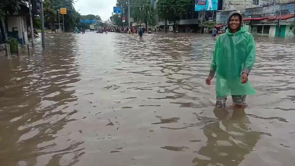 Terima kasih @aniesbaswedan Gubernur Sholeh atas dikabulkan do'a nya, kini banjir pun bisa senin selasa !!! #AzabGabenerBodong https://t.co/OV28hzPhCA
