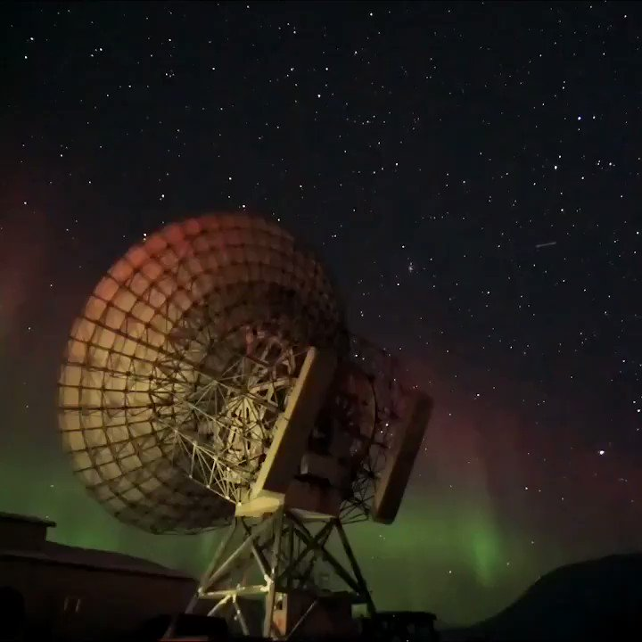 Aurora raining down within the arctic circle captured Friday night by space plasma scientist @katieherli! The radar dish is 32-m diameter @EiscatSvalbard. Katie's work involves using radars to see how 'fast plasma' (1 km/sec!) flows around in Earth's polar upper atmosphere! https://t.co/HSoX1FZ1mF