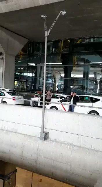 Recibimiento espontáneo y emotivo del pueblo español en aeropuerto Adolfo Suárez d #Madrid a Brigada Médica cubana con destino a #Andorra para combatir el #COVID19  en auténtica y desinteresada muestra d solidaridad d #Cuba #CubaSalvaVidas @CubaMINREX @La_SER @24h_tve @laSextaTV