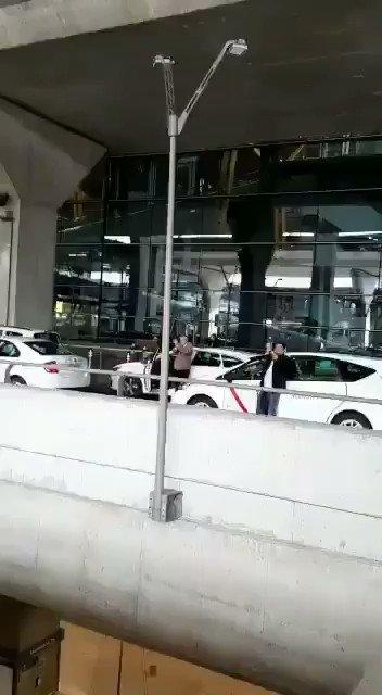 Así recibieron taxistas y pasajeros en el Aeropuerto de Madrid, #España, a la Brigada Médica de #Cuba, que colaborará con Andorra para enfrentarel #Covid_19.