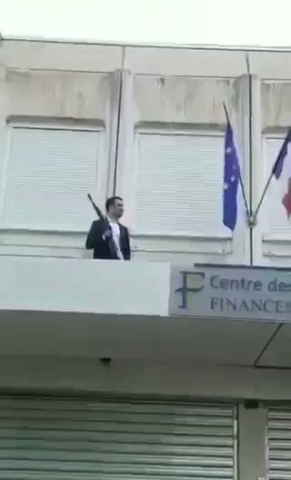 In France anti #Macron & anti EU supporters throw the EU flag (Italians call it a blue rag) of the balcony & replace it with France flag!!