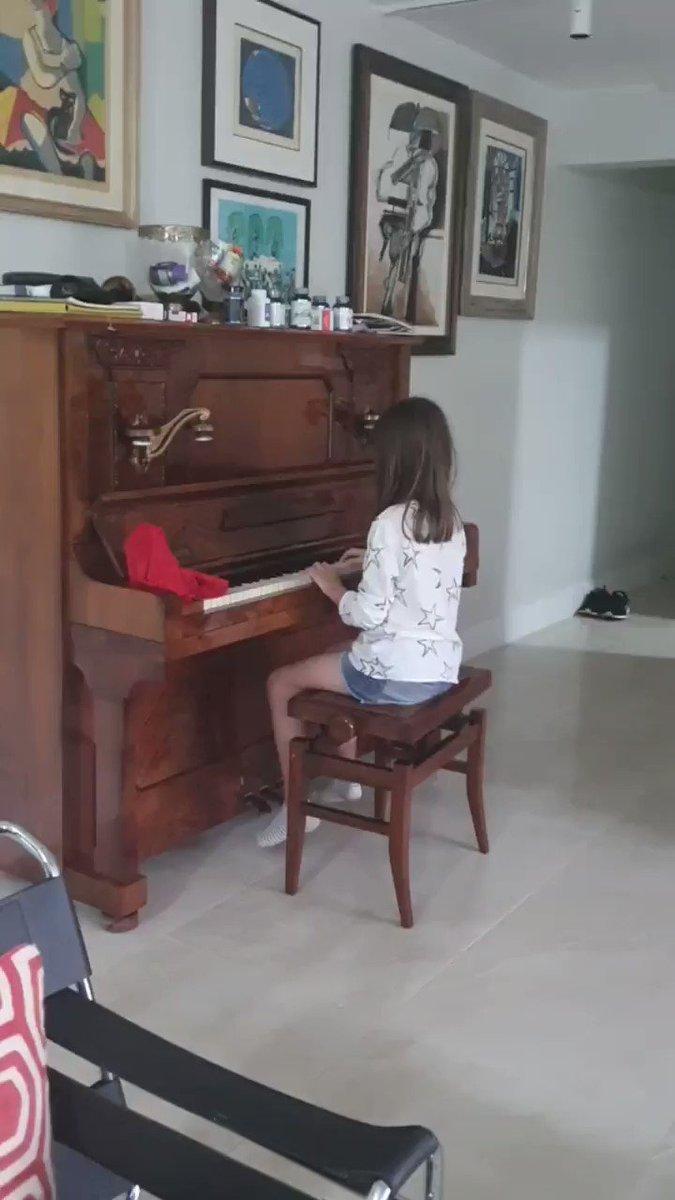 Depois do almoço, nada como tocar música em família. A Weintraubinha já está no tom certo: direita sem Dó ou em Sol maior.