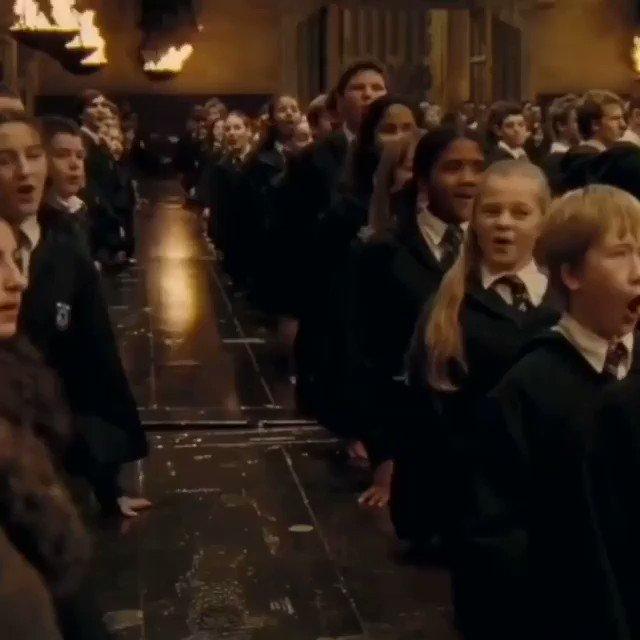 O hino de Hogwarts cantado pelos alunos.