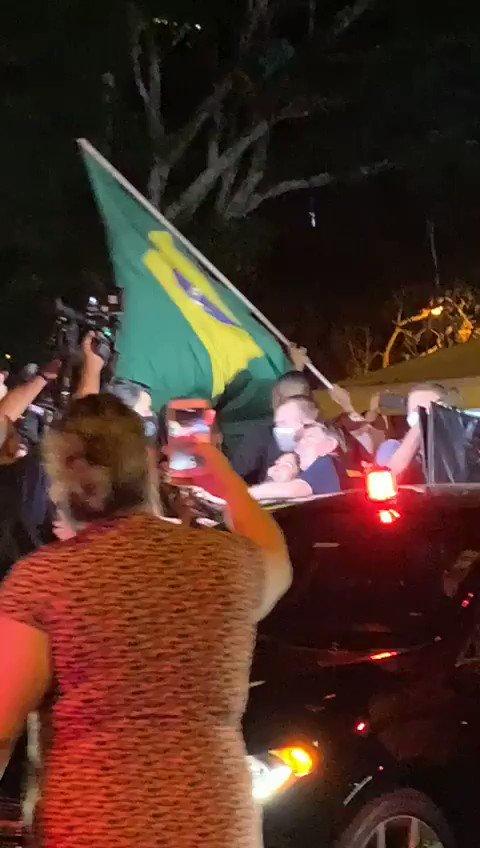 Bolsonaro expulso hahahahah!  nem conseguiu comer 🌭