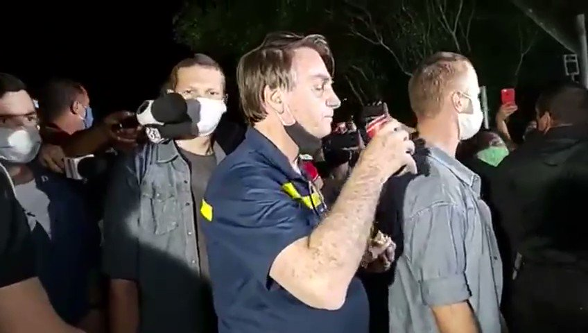 Estragaram o lanche do Bolsonaro hoje, obrigado @gentedemal pelo vídeo .
