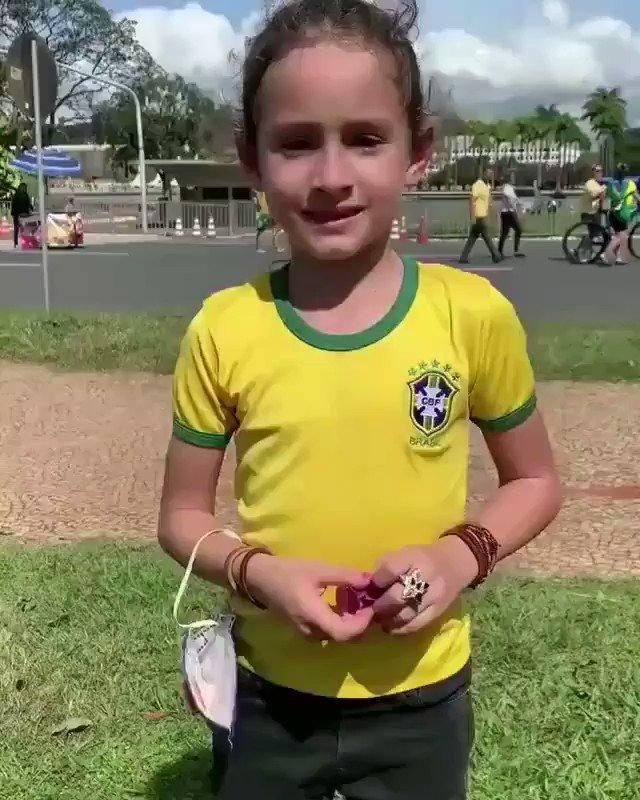 EMOCIONANTE! Depoimento da menina após abraçar o Presidente Bolsonaro. #BolsonaroTrabalhaPeloPovo