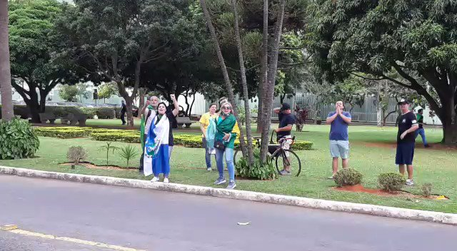 Isso é o que os repórteres brasileiros estão enfrentando todos os dias para trabalhar. Estes militantes romperam a barreira da civilidade e estão partindo para cima.
