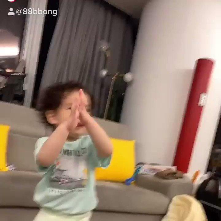 [RANDOM] 26.05.20 A CEO da TIRTIR postou no TikTok e no seu instagram um vídeo do seu filho curtindo Candy! Olha que fofura... 🥺❤️ #BAEKHYUN @B_hundred_Hyun #CANDY #BAEKHYUN_Candy #BaekhyunOurCandy