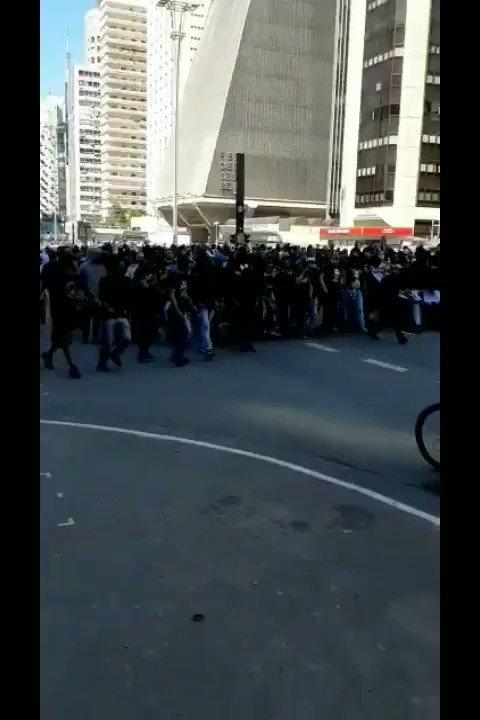 Torcedores antifascistas dos Gaviões da Fiel fazem ato na Avenida Paulista contra a manifestação bolsonarista. Orgulho dessa torcida!