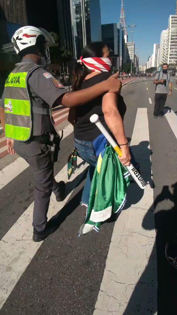 Manifestante carregando taco de baseball ameaçou manifestantes antifascistas. A polícia não efetuou a prisão por parte de arma branca.