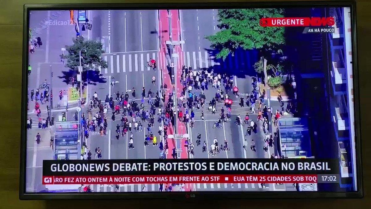 """""""Se dependesse dos institutos de pesquisas, o @jairbolsonaro não seria eleito presidente."""" #FechadoComBolsonaro"""