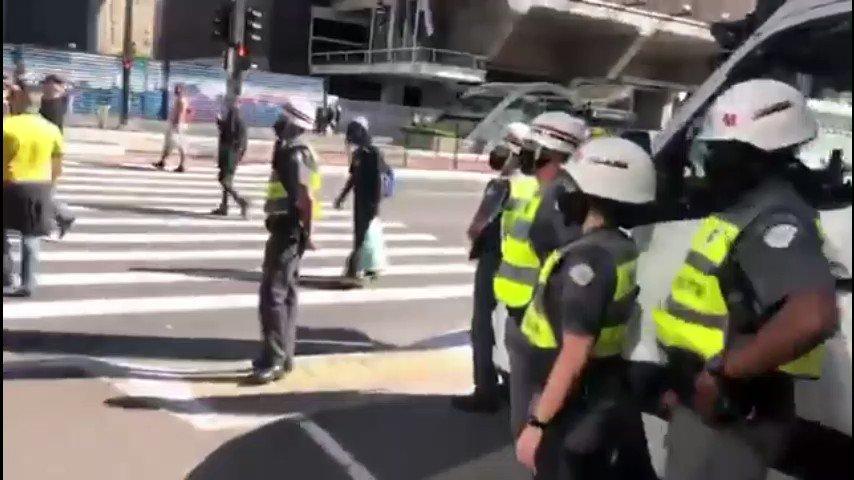 Hoje enfrentei NAZISTAS, disfarçados de manifestantes na Av. Paulista ( Assistam o Vídeo e tirem suas conclusões). Eles têm ódio e querem eliminar meu povo, o tempo de ficar calado acabou. Aqui é BRASIL e o racismo não será tolerado, será combatido.✊🏾💪🏾👊🏾 #VidasNegrasImportam