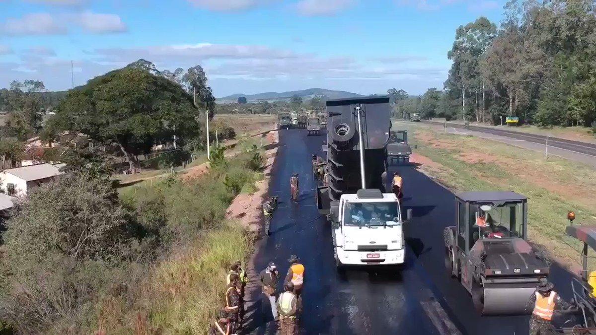O 1º Batalhão Ferroviário (Lages/SC) prossegue nas obras de duplicação da BR-116/RS, lançando mais de 700 toneladas de asfalto por dia, com o uso de 2 pavimentadoras. via: @ govbr #fechadocombolsonaro @ptnuncamais #depheliolopes #minhacoréobrasil