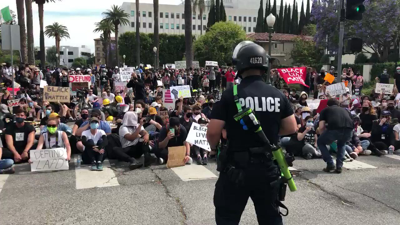 """The crowd is chanting """"I don't see no riot here, why are you in riot gear?"""" https://t.co/DniKZKZkp9"""
