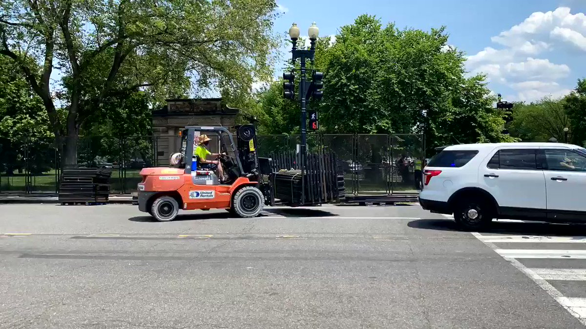 A few hours later, new fencing now extends down 17th street from the EEOB to Constitution Avenue
