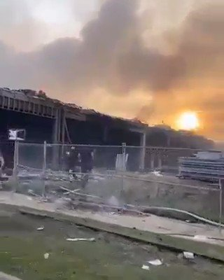This looks like a war zone in the USA. The only people hurt by this is the local people who live there. I wouldn't be surprised if the stores don't reopen...  #maga   🔁Retweet ➡️Leave your @ ➡️Follow all patriots Please Follow @kelliekelly23 🥰🥰🥰