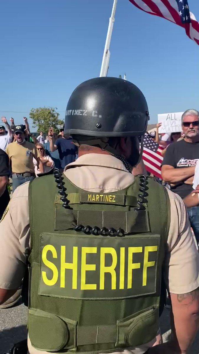 6️⃣9️⃣2️⃣ Norco, CA: Sheriff's deputies conveniently ignore a neo-Nazi attacking peaceful protestors  [@le_maria21]
