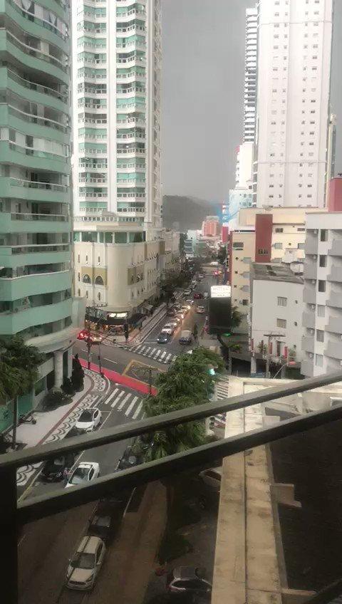 """""""Ciclone-Bomba"""" traz temporais e ventos de mais 100km/h, causa estragos em Balneário Camboriú e assusta moradores."""