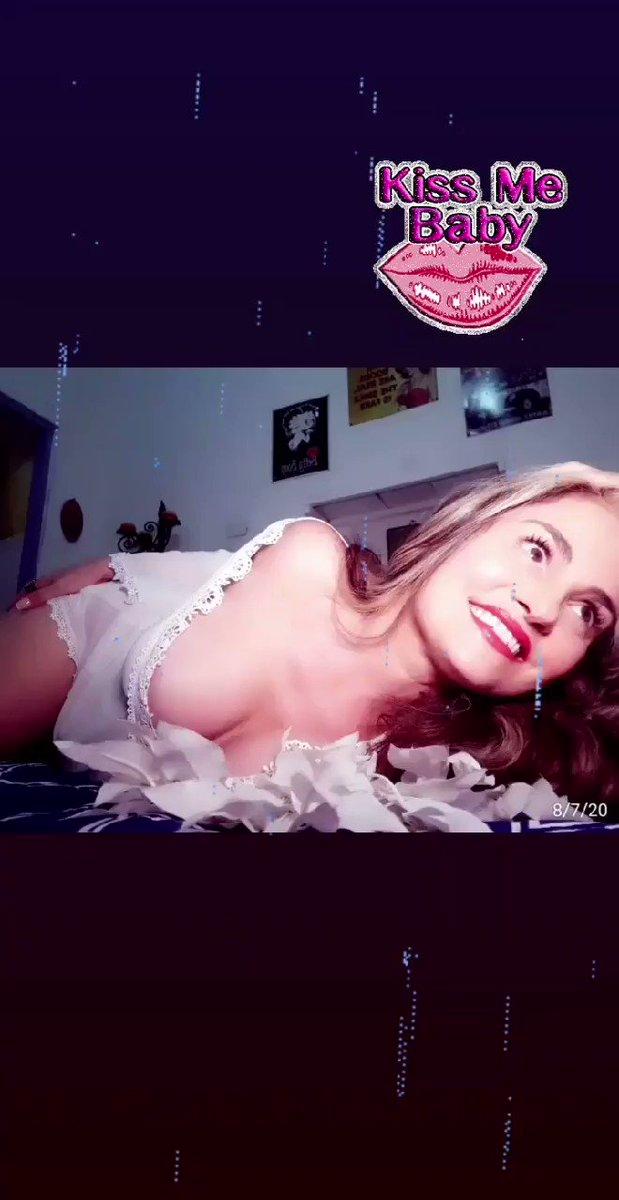 Entre flores blancas me doy permiso para seducir y refugiarme...🌹 #auracristinageithner #lapotradelabanda #colombia #Mexico #beautifullegs #love #happy #actresslife #girl #likes4follow #follow #loveyouall #vscocam #room #date #white #sexycurves #smiles ❣❣