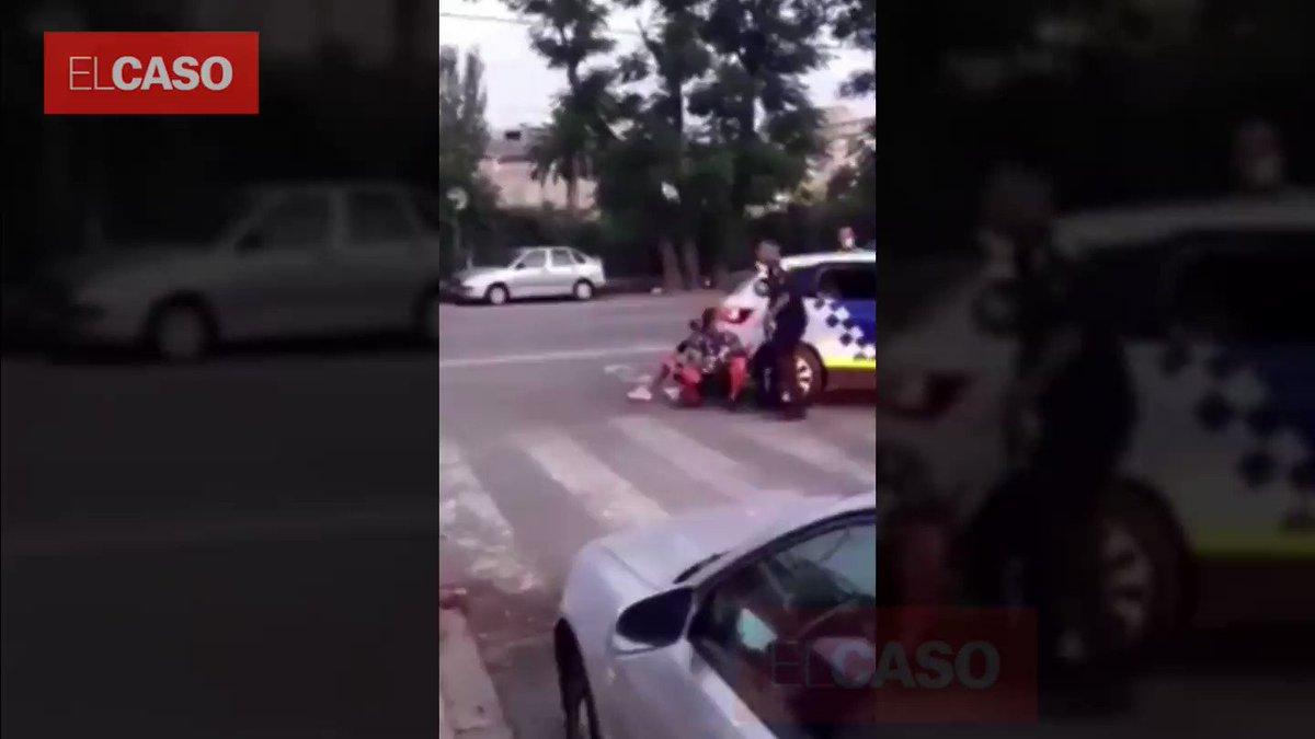 🔴📹 #VIDEO Un grup de marroquins ataca de manera salvatge la policia a #Torredembarra. Volien evitar la detenció d'un jove que s'havia escapat de la policia. Vídeo del moment que la policia actua amb reforços.   Més:  @elcasocat
