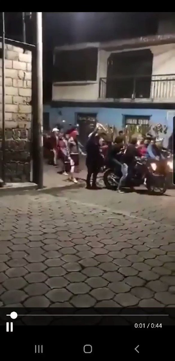 #URGENTE #VIDEO #SantiagoAtitlan    nos omparten este video sobre una actividad por parte de la #IglesiaMiel a las 1130pm de este jueves 10 de julio 2020, nadie está con mascarilla.  Cuantas muertes y contagios por esto? @MPguatemala #CoronavirusGT