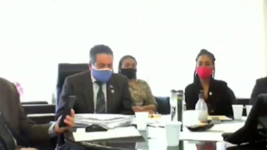 Elcio Franco, secretário-executivo do Ministério da Saude, durante reunião do Conselho Nacional de Saúde. Vejam como trata o garçom. Sim, é o mesmo que costuma usar o broche de  🔪☠️