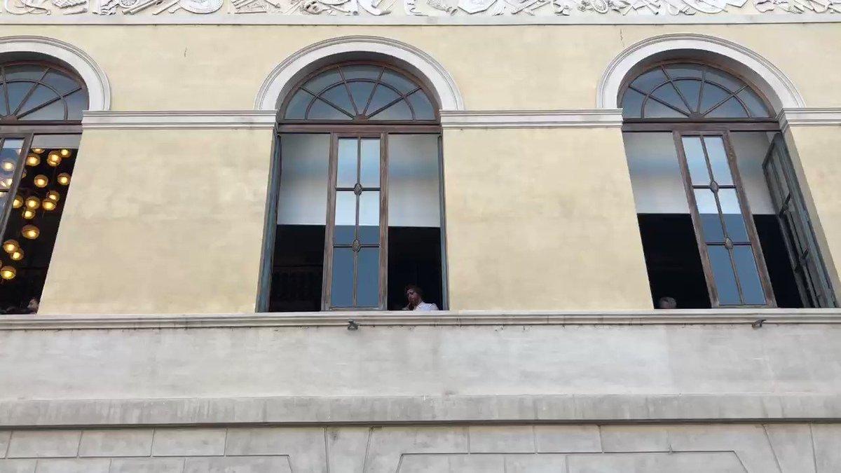 Homenagem a #EnnioMorricone nas janelas do Teatro Argentina, no centro de Roma, a poucos metros da casa do maestro.