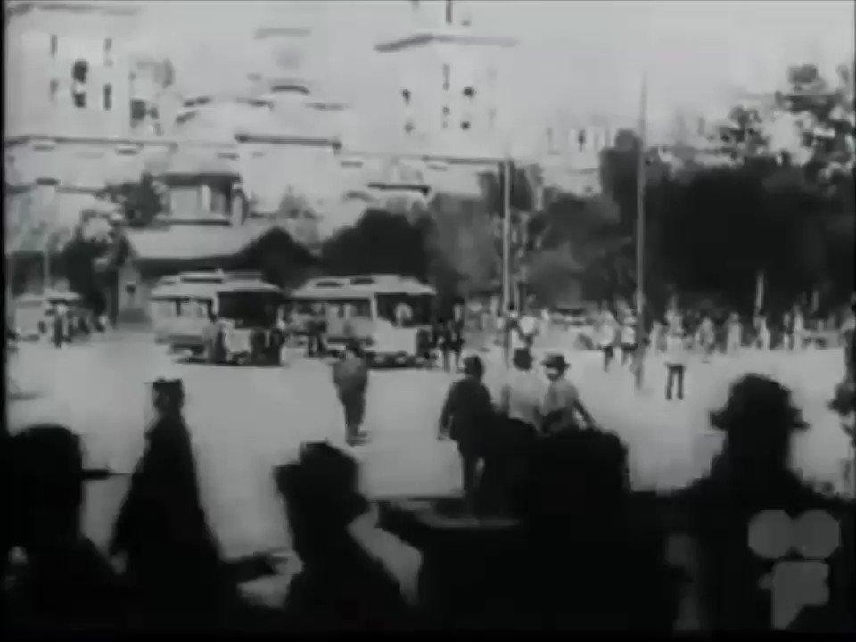 Uno de mis videos preferidos donde de puede apreciar la catedral y cuando el zócalo tenía jardineras y árboles a inicios del siglo XX. Noten la estación de tranvías, así como la moda femenina y una nueva máquina para hacer tortillas!! Así la vida del longevo porfiriato #CDMX