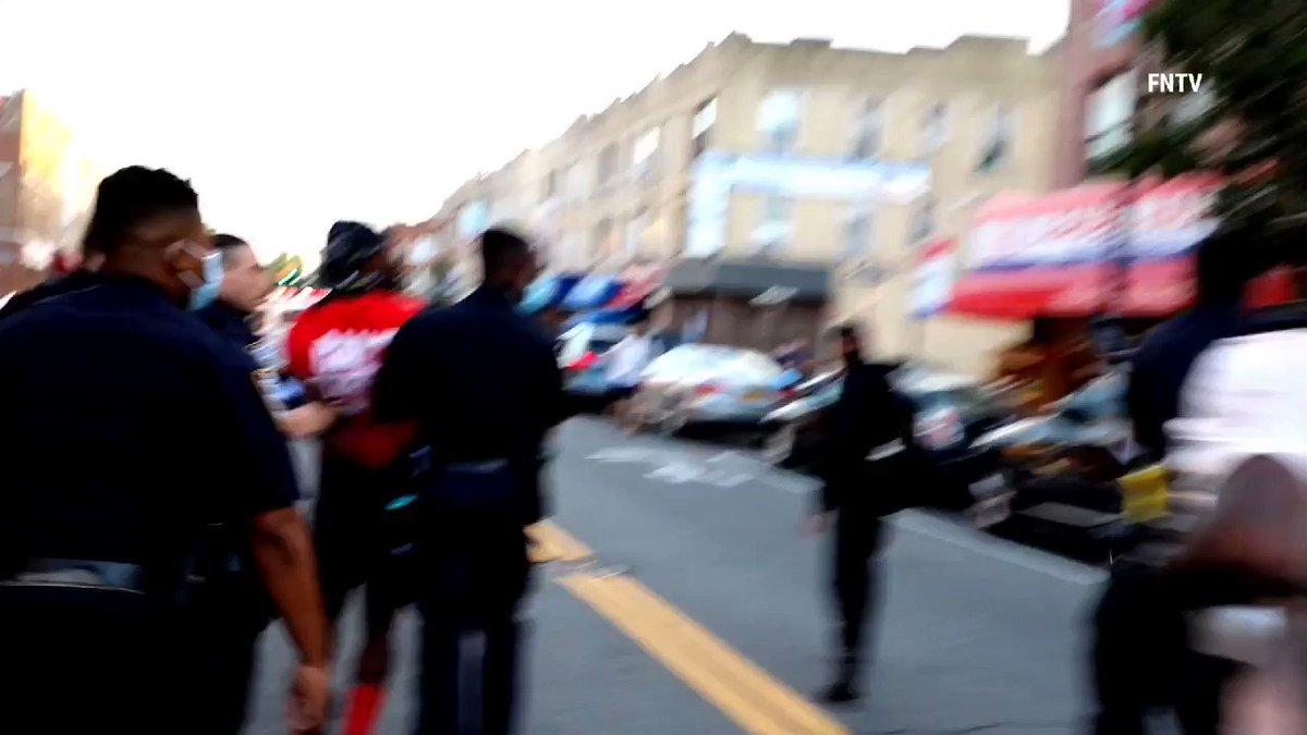 #BlackLivesMatter   👮🏼♂️👮🏼♂️...A #NewYork Un #policier Utilise son #tazer A Bout portant sur un manifestant Visiblement sans aucune raison..🤢⁉️  #newyorkProtest #BLM #ViolencesPolicieres #PoliceBrutality #Police #justice #usa #EtatsUnis