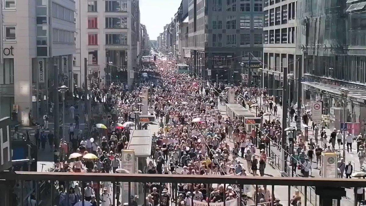 """🇩🇪 Manifestation #corona : la marche pacifique anti-mesures anti-#COVID19 (comme les #masquesObligatoires) a rassemblé entre 15 et 17 000 personnes à #Berlin. Les manifestants dénoncent """"un hoax"""", une """"atteinte aux libertés""""... #CoronaVirusDE #Allemagne"""