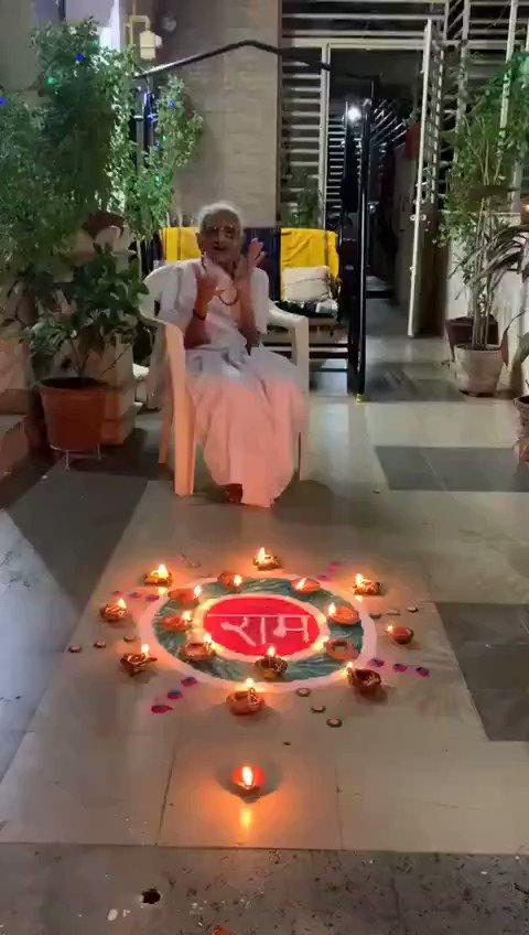 अयोध्या में श्रीराम मंदिर का शिलान्यास करते ही पूरा देश जय श्री राम के नारे से गूंज उठा। पीएम @narendramodi की मां ने भी राम नाम की बनाई रंगोली  #RamMandir
