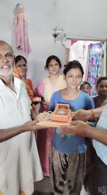 CM योगी की तरफ़ से श्रीराम जन्मभूमि पूजन का पहला प्रसाद पहुँचा अयोध्या में श्री महावीर हरिजन जी के घर, प्रधानंमंत्री श्री @narendramodi जी की आवास योजना समेत तमाम सरकारी योजनाओं से लाभान्वित महावीर जी मोदी-योगी के तगडे प्रशंसक हैं, CM योगी तो उनके आवास पर भोजन करने जाते रहे हैं।
