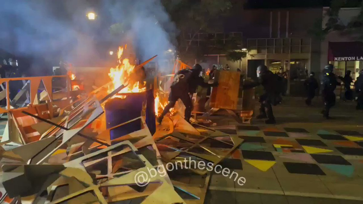 Scenes of chaos in north Portland as #antifa rioters start fires all over. #PortlandRiots