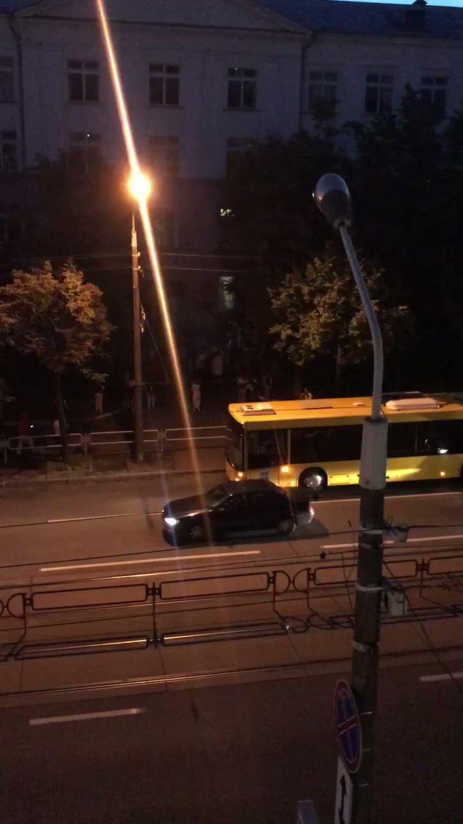 """Gritos de """"vergüenza"""" hacia los funcionarios de la comisión electoral de Bielorrusia mientras salen de la sede en Minsk, la capital. La policía está realizando arrestos arbitrarios y dispersando concentraciones"""